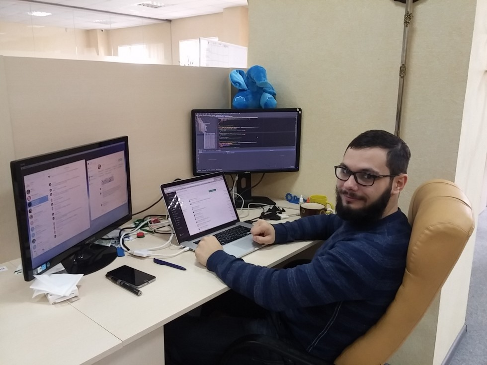 Робоче місце програміста: нічого зайвого, зручно та комфортно і хто сказав, що моніторів буває забагато