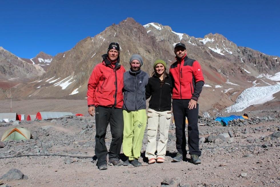 Працівники базового табору Пласа-де-Мулас на горі Аконкагуа, висота 4 300 м