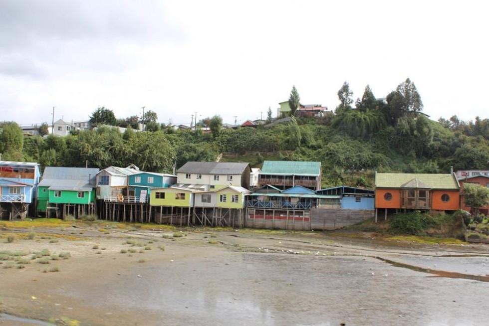 Місто Castro на острові Grande de Chiloe. Коли у затоці приливи, то місцеві до своїх домівок підпливають на човнах