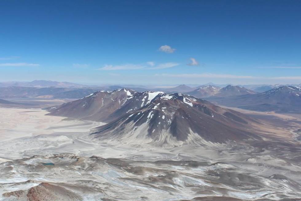 Вид з вершини Охос-дель-Саладо на інші вулкани та пустелю Атакаму