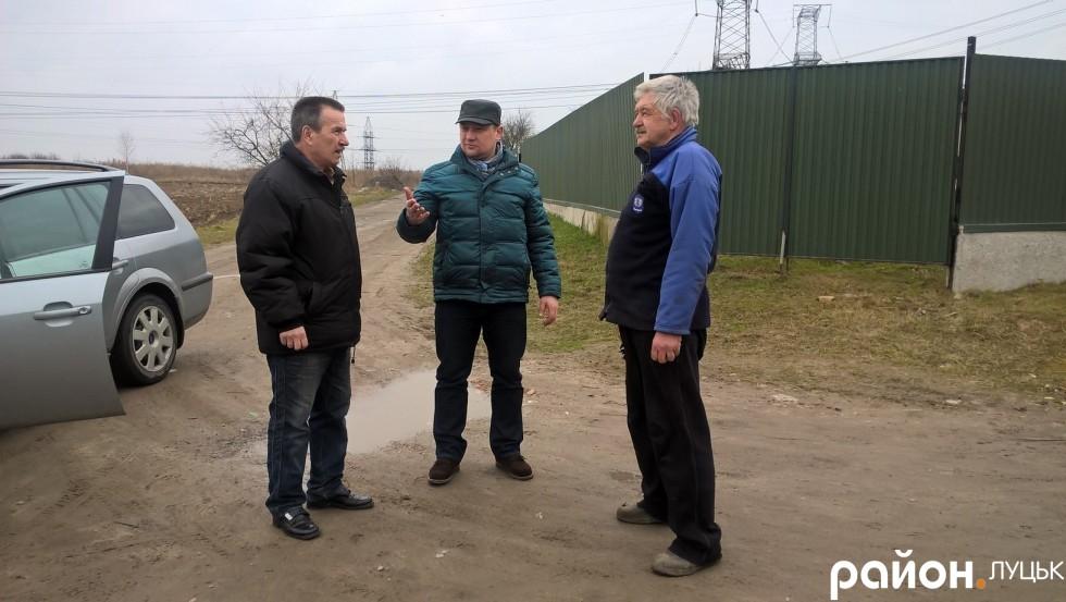 Розібратися з проблемами вулиці мешканцям допомагає депутат округу Юрій Безпятко (у центрі)