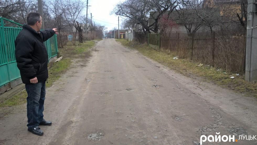 Володимир Маць розповідає, що асфальтного покриття на Гущанській, як і транспортного сполучення, ніколи не було