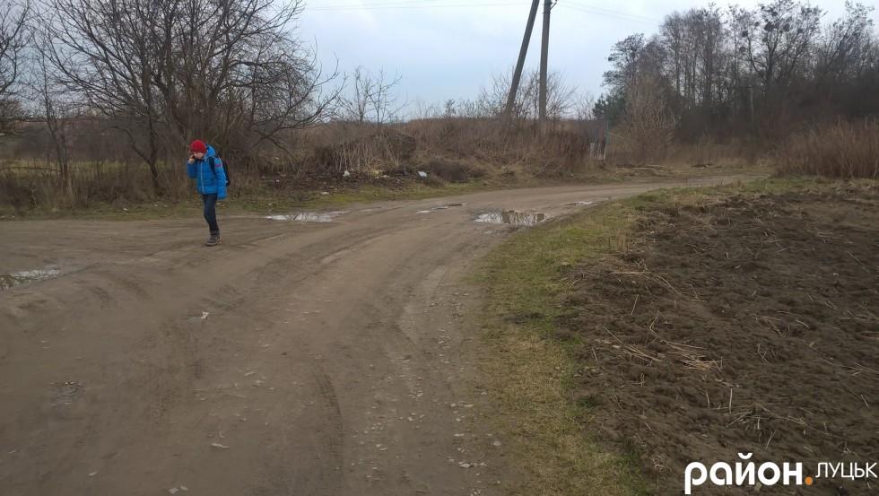Маленький мешканець Гущанської до школи № 26 ходить пішки