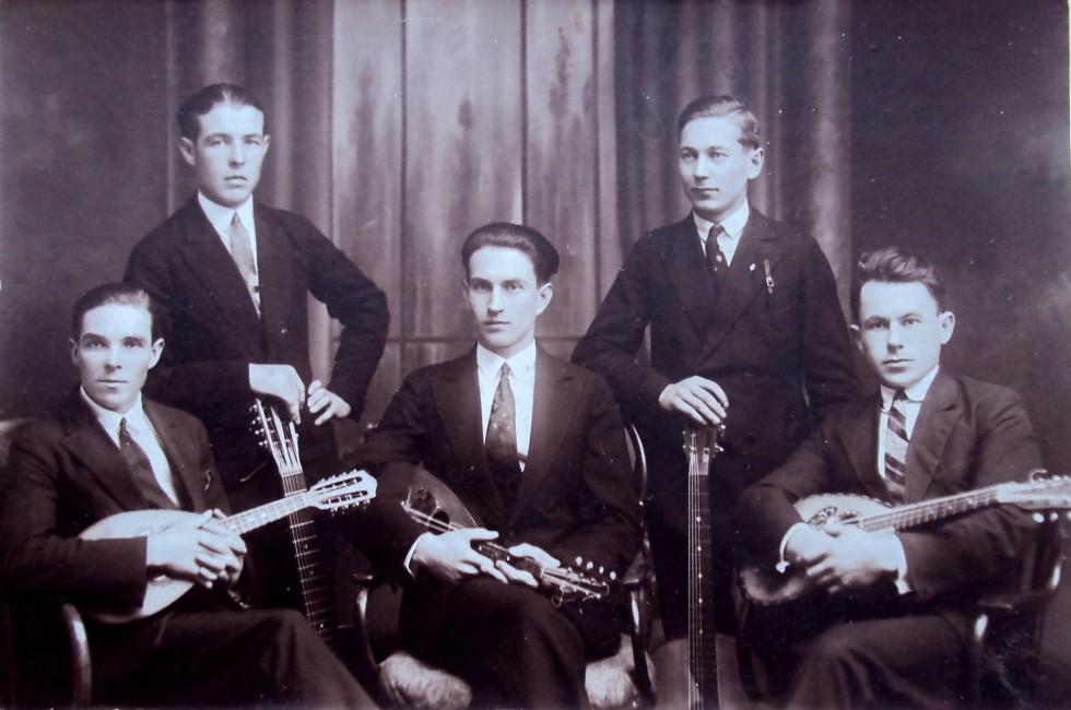 Адам Мірецький (справа) і джаз-бенд за польських часів