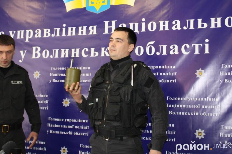 Сергій Тимощук демонструє протипіхотну міну