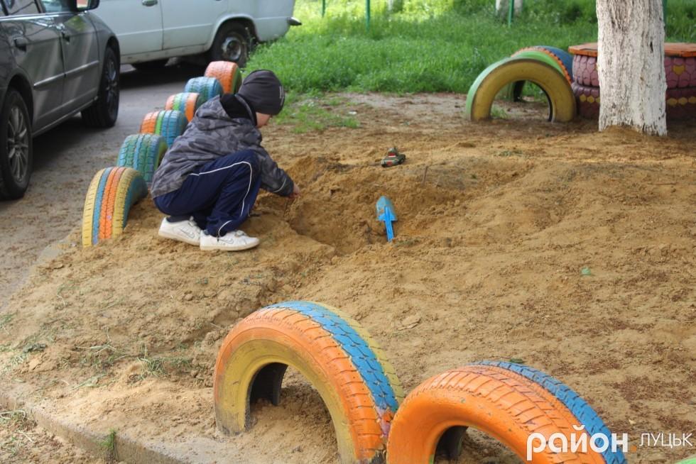 Пісочні будні дітей на Гнідавській, 63б