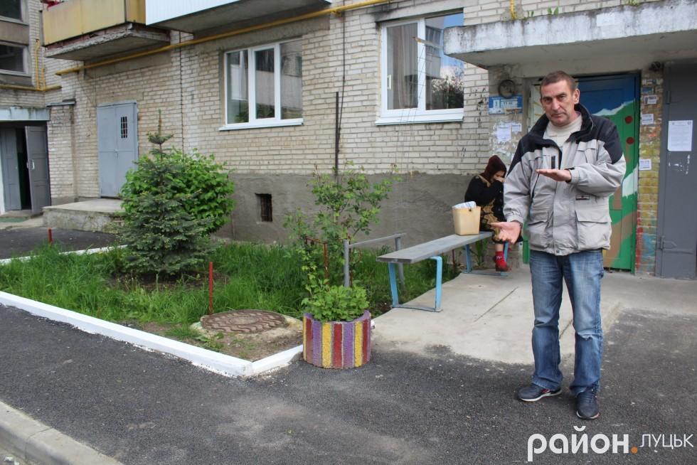 Мешканець будинку на Станіславського, 11 показує, якою посадив ялинку