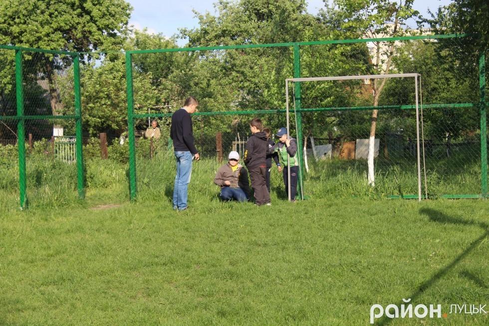 Микола Яручик допитується, хто порвав сітку навколо майданчика