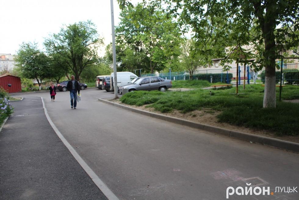 На Станіславського, 50 автомобілі їздять під під'їздами