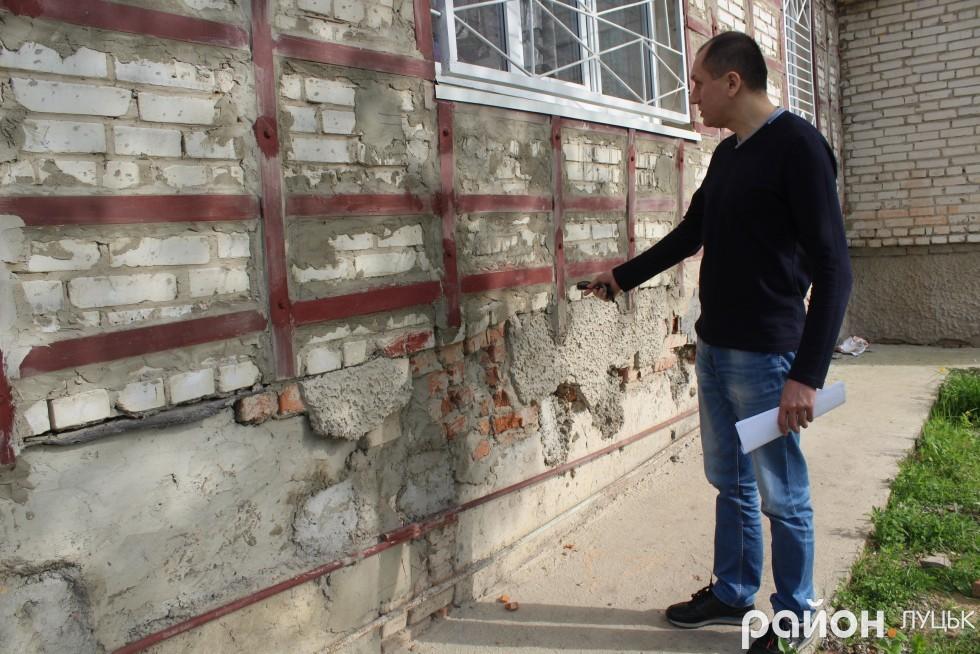 Микола Яручик каже, що раніше в тріщини на будинку вміщалася пачка цигарок