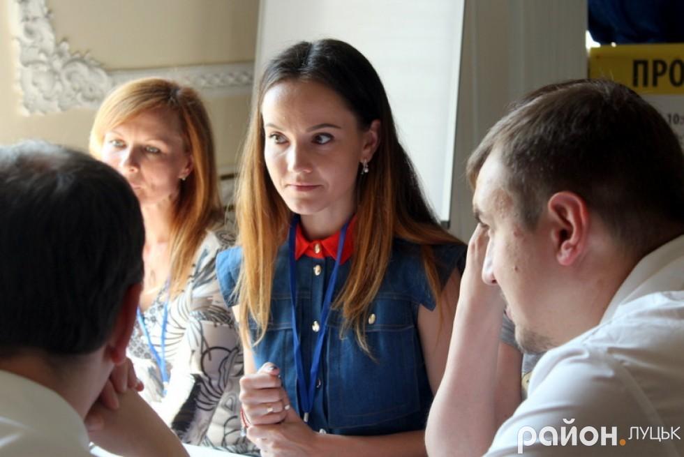 Юлія Євпак уважно слухає ідеї лучан