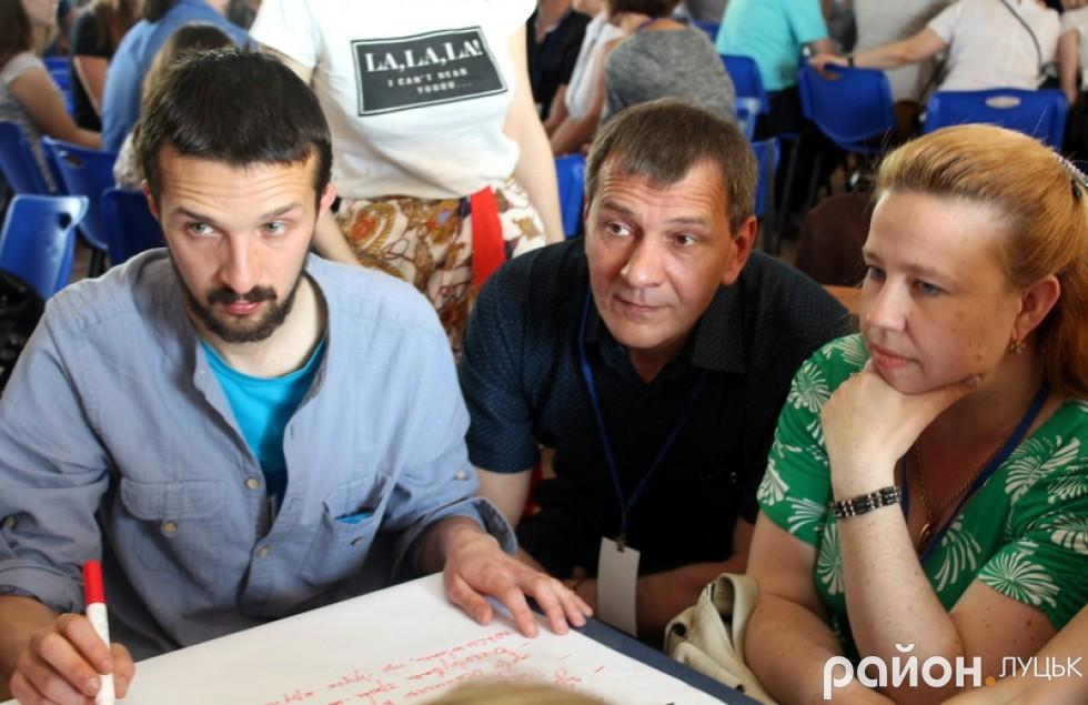 Спеціальні «хранителі» записували всю інформацію, що їм приносили до столу учасники форуму. Дмитро Безвербний (крайній зліва) збирав ідеї з туризму та культури