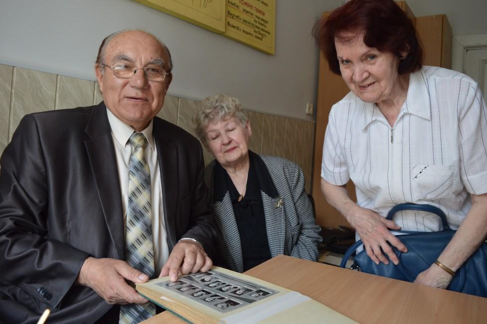 В'ячеслав Хмілевський, Аліна Рогозінська і Марія Тесунова  переглядають ретросвітлини викладачів Луцького педучилища