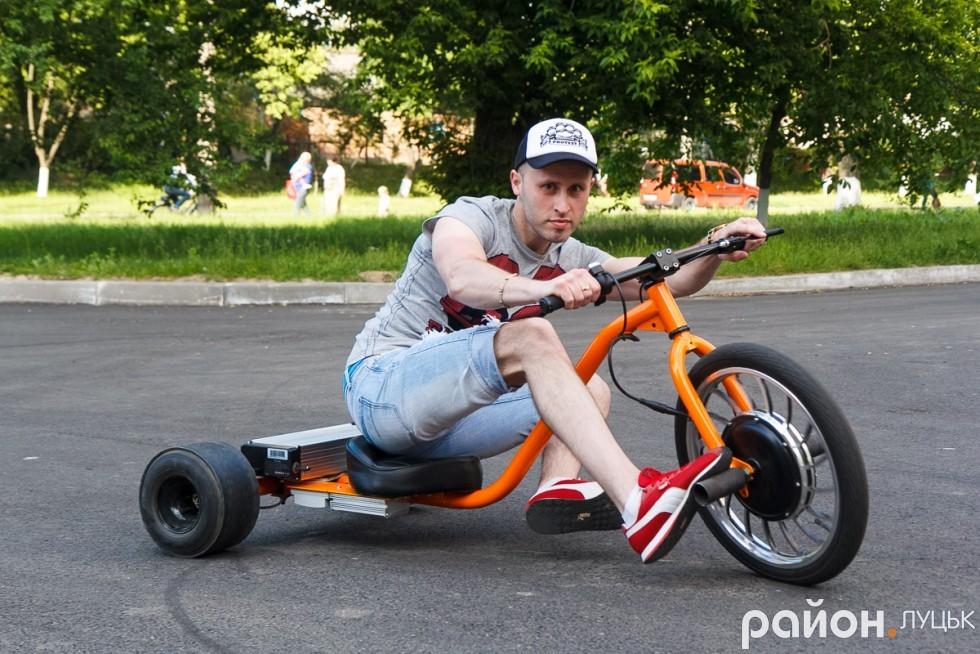 Спортсмен демонструє трюки, які можливо зробити лише на drift trike
