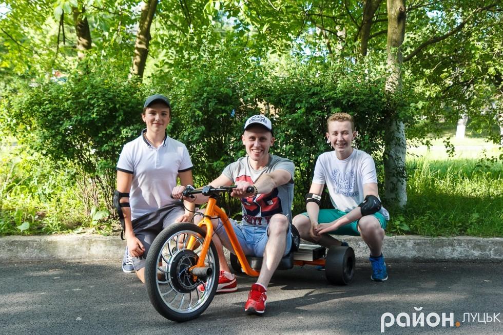 Геннадій Ніколенко та його учні щасливі після тренування позують нашому фотографу