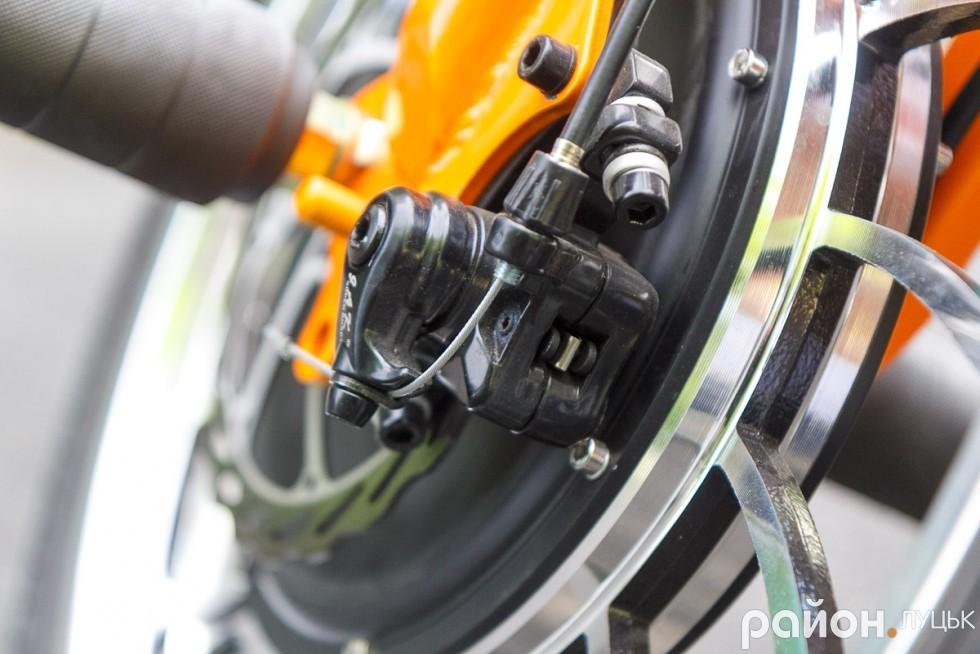 Професійні дискові гальм з накладками забезпечують швидку зупинку трайку