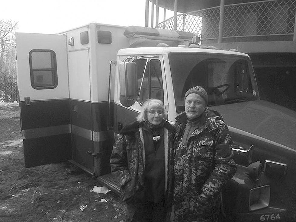 На фото: волонтер загону «Гіппократ» Тетяна Белінскі з колегою-медиком рятували «кіборгів» у Пісках