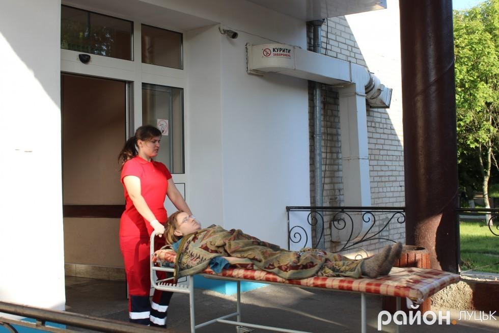 Пацієнтку передають у руки колег