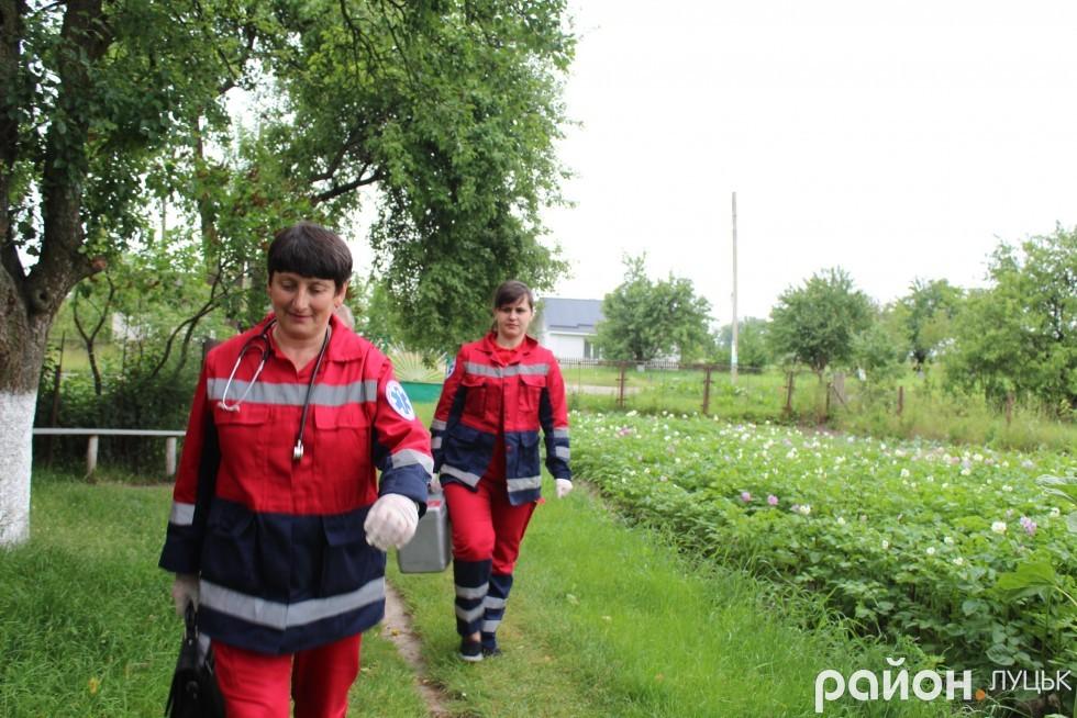 Людмила Обаровська та Тетяна Сахарчук поспішають до пацієнта