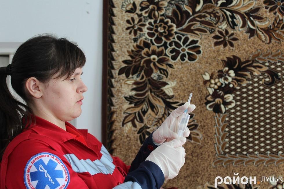 Тетяна Сахарчук готує препарат