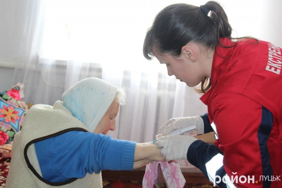 Пацієнтка трпляче переносить всі уколи та мініпуляції лікарів