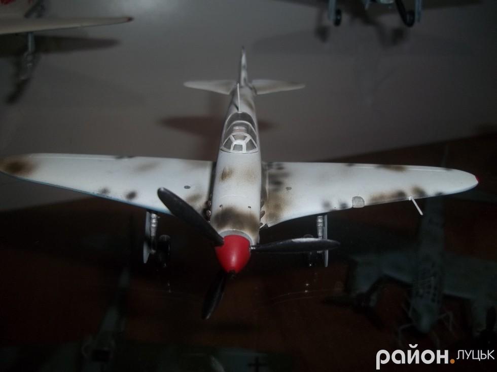 Фарбує майстер свої літаки за допомогою аерографа