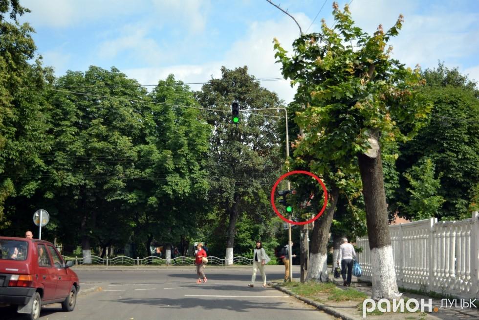 Цікаво, що на виїзді з Грибоєдова, де розташований Луцький відділок поліції і де очевидно щодня проїжджають десятки працівників поліції, знаку «Дати дорогу» фактично не видно