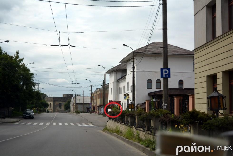 Червоним кружечком ми позначили те місце, в якому є знак «Пішохідний перехід.