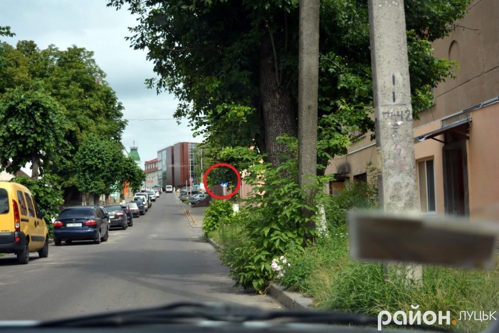 Ми поїхали шукати Кривий вал, 34, щоб перевірити, чи облаштували дорожній знак у зоні видимості водіїв, проте натрапили на кілька таких проблемних місць
