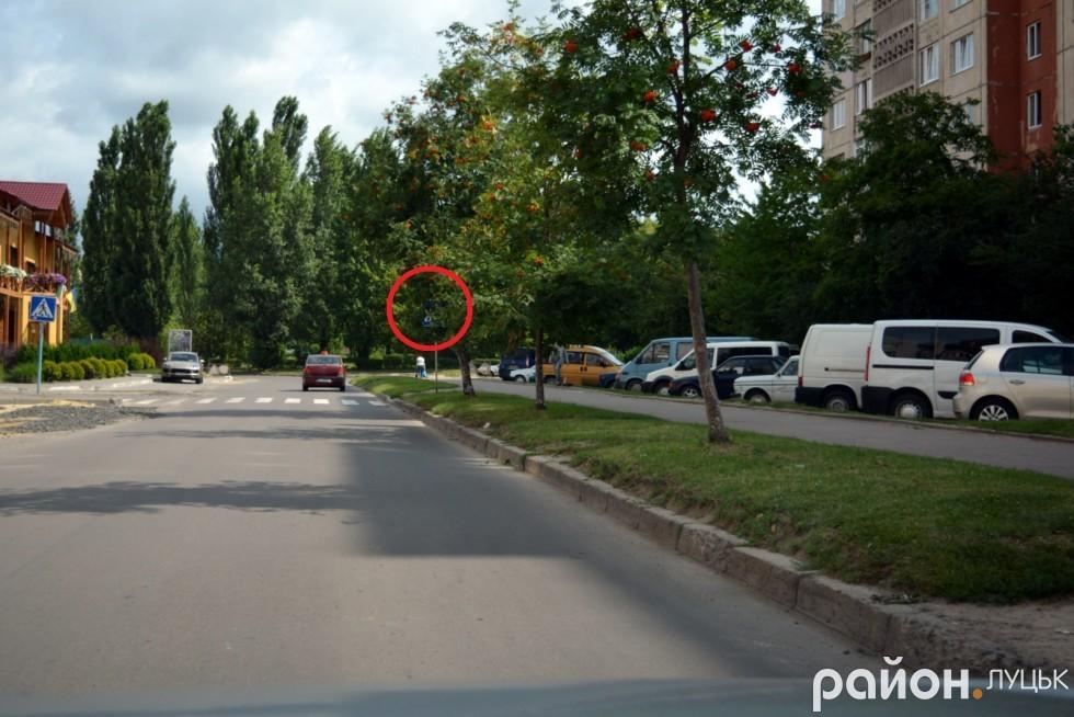 А також пішохідний перехід, дорожній знак про який можна помітити вже перед ним самим