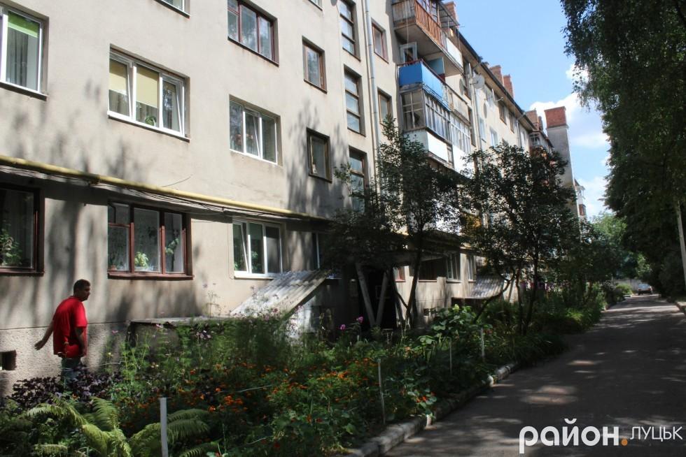 Жителі кажуть, що прибудинкову територію на Потебні, 50 не ремонтували майже півстоліття