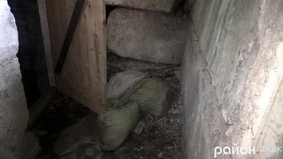 Захаращений підвал облюбували безхатьки