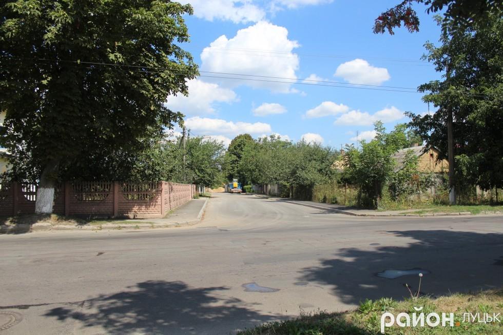 За проїжджою частиною, яка перериває вулицю Супутника, дорогу облаштували, бо вона веде до будівництва нового житлового комплексу