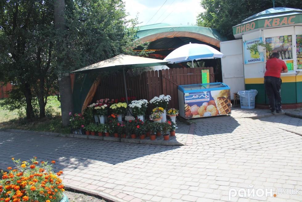 Квіткарка на Львівській скаржиться, що їй не дозволяють облаштувати цивілізоване місце для торгівлі