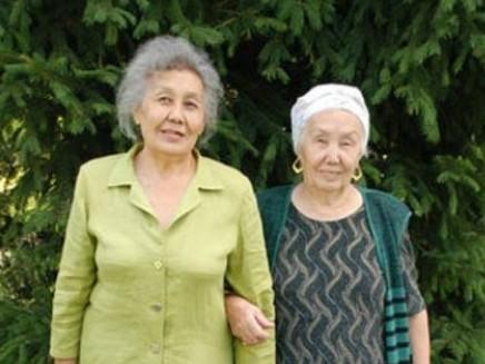 Катерина Попко зліва, а поруч знайдена через 73 роки сестра Карлан