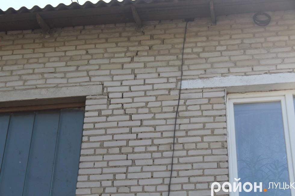 На одному з будинків уже з'явилися тріщини