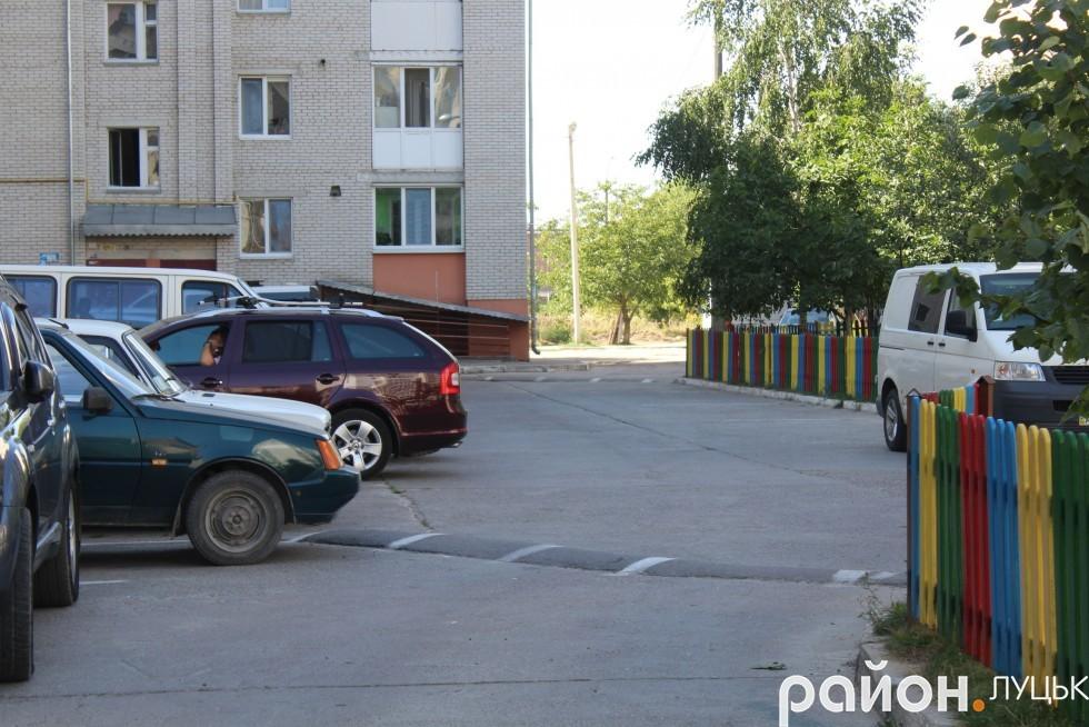 Єдиний в'їзд до двору з боку вулиці Карпенка-Карого
