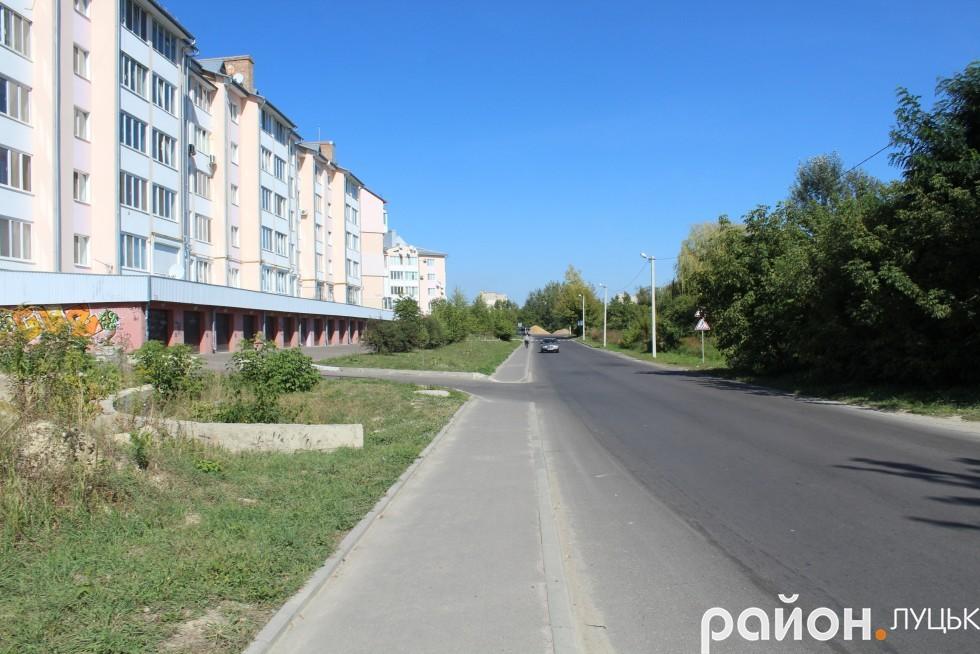 Опори з ліхтарями вуличного освітлення поставили вздовж всієї вулиці Чорновола