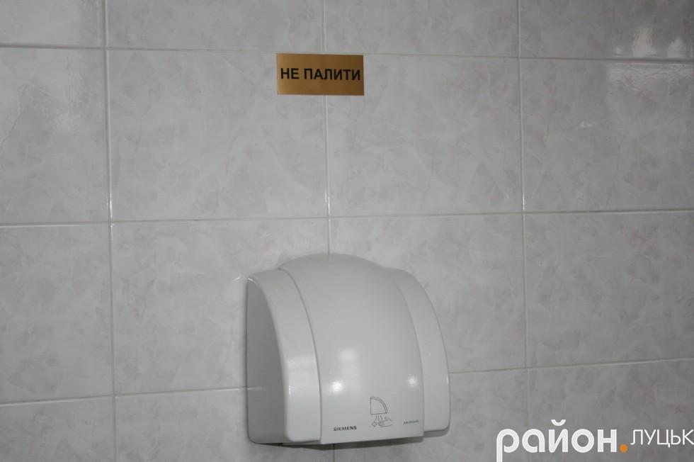 У жіночій вбиральні на другому поверсі ВРУ - двічі нагадують прекрасній половині, що палити тут - заборонено