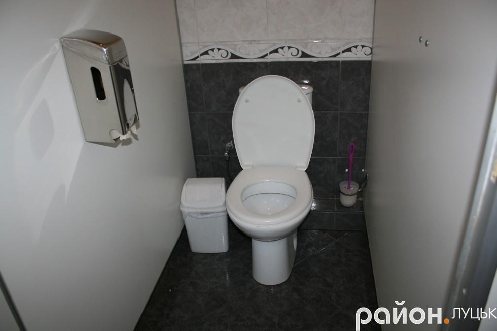 Скромна туалетна кабінка у жіночій вбиральні