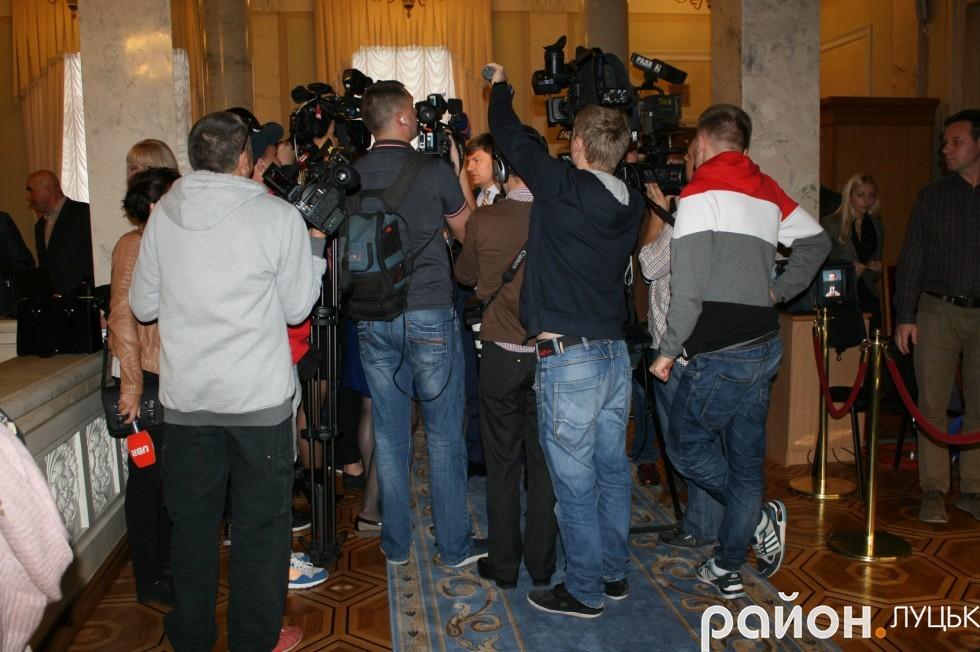 Біля сесійної зали збирається чимало журналістів