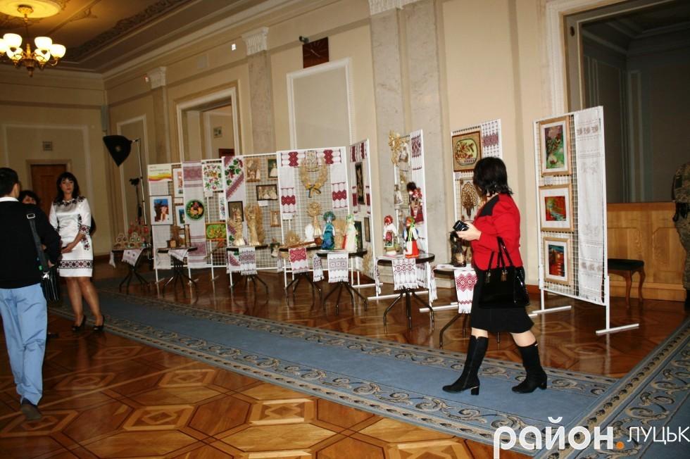На третьому поверсі влаштовують виставки.