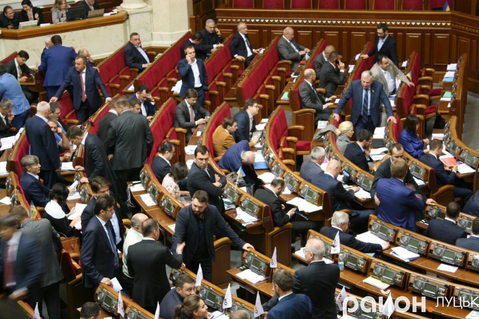 Депутати не могли всидіти на місці і залюбки спілкувалися з колегами під час робочого процесу