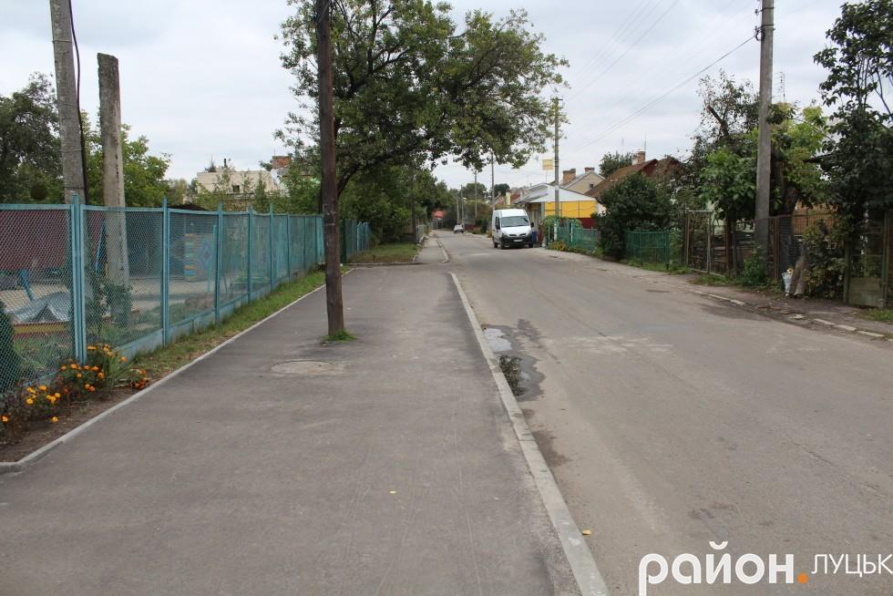 У зливу частину дороги на вулиці Івана Кожедуба затоплює