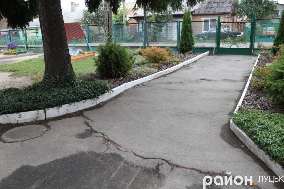 Асфальт на вході до садочка варто відремонтувати
