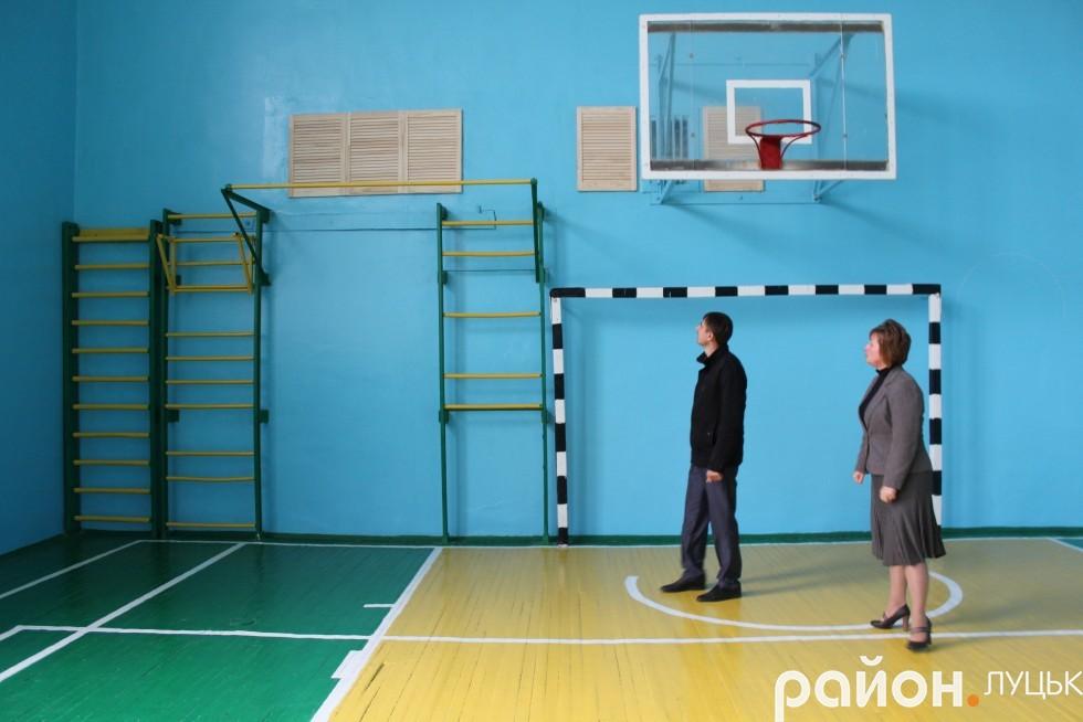 Шкільний спортзал відремонтували до початку навчального року. Зробили натяжну стелю, поміняли світильники і двері