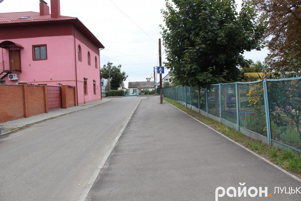 Покриття під дитсадковим парканом відремонтували за міські кошти