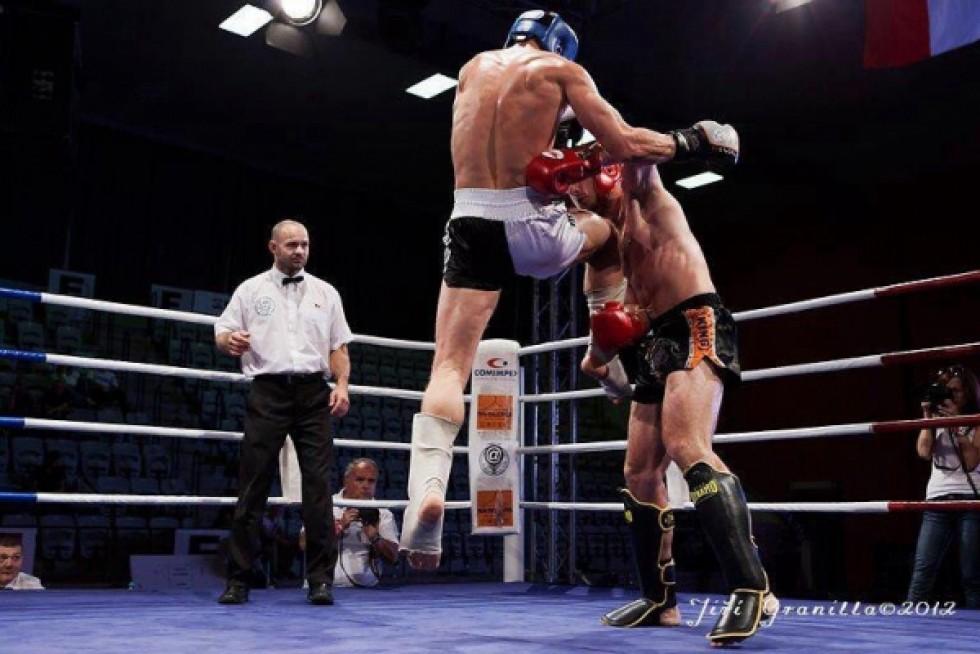 Спортсмен, який постійно боксує на змаганнях, на голову вищий за суперників, які уникають боїв поза спортзалом