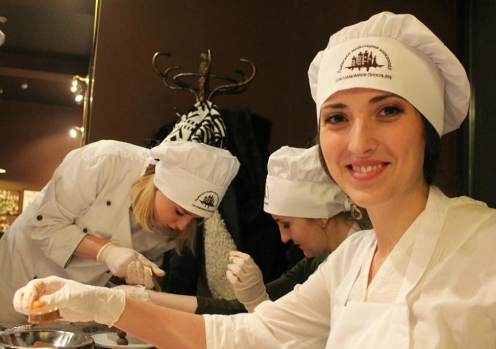 Ольга разом із помічниками проводить майстер-класи з ліплення вареників і випікання іншої смакоти