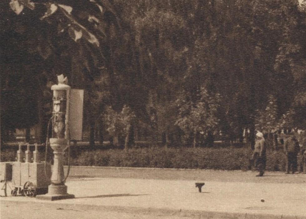 Фрагмент поштівки з бензоклонкою. Зображення з Національної бібліотеки Польщі